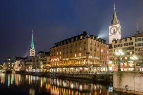 Zuerich Limmatufer mit Hotel zum Storchen FrauMuenster und Sankt Peter